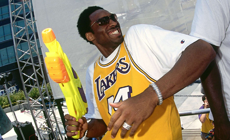 Kobe Bryant con una pistola de agua (Los Angeles Lakers)./ Getty Images