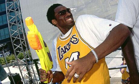 Kobe Bryant con una pistola de agua (Los Angeles Lakers)./ Getty Images