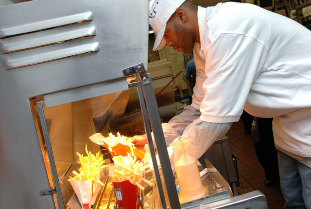 Vince Carter sirviendo patatas fritas./ Getty Images