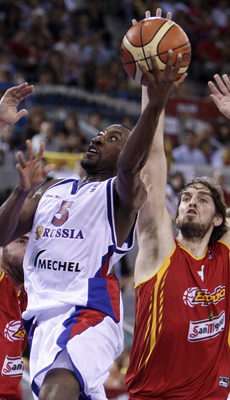 Jon Robert Holden (Rusia) y Pau Gasol (España)./ Getty Images