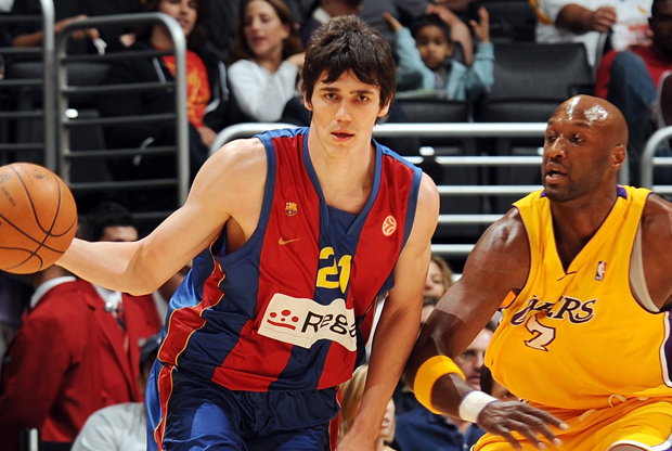 Ersan Ilyasova (Regal FC Barcelona) frente Lamar Odom (Los Angeles Lakers)./ Getty Images
