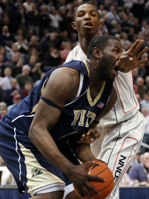 DeJuan Blair (Pittsburgh Panthers) y Hasheem Thabeet (Connecticut Huskies)./ Getty Images