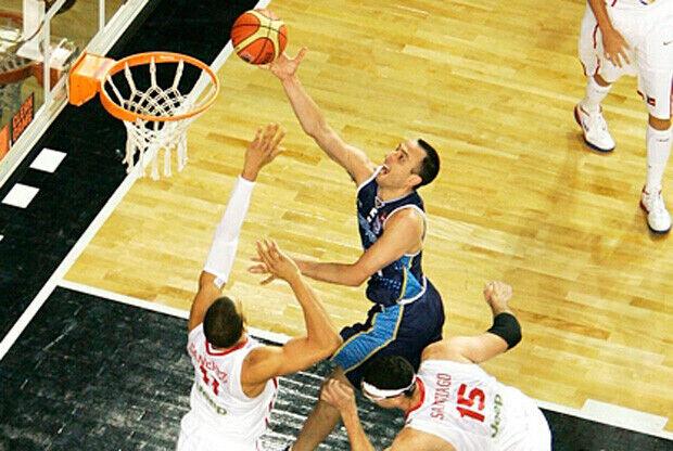 El argentino Manu Ginóbili realiza una bandeja en el partido ante Puerto Rico./FIBA Américas