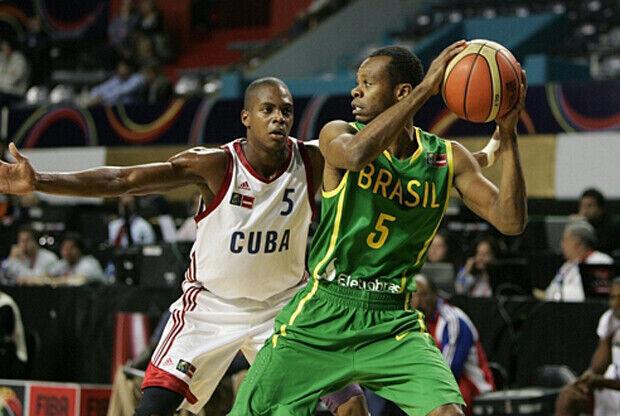 Reginaldo Wellingotn (Brasil) y Juan Pablo Piñeiro (Cuba)./ FIBA Américas