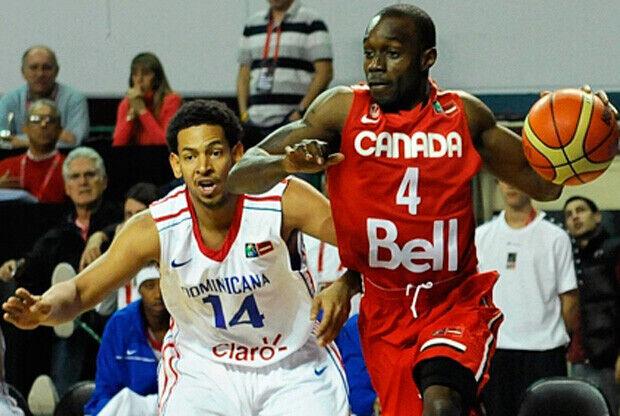Jermaine Anderson, de Canadá, driblando hacia el aro./FIBA Américas