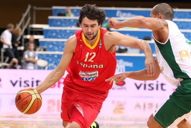 Sergio Llull dribla y supera la defensa de un defensor portugués./FIBA Europe