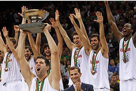 Felipe Reyes eleva al cielo el trofeo de campeones de Europa./FIBA Europe