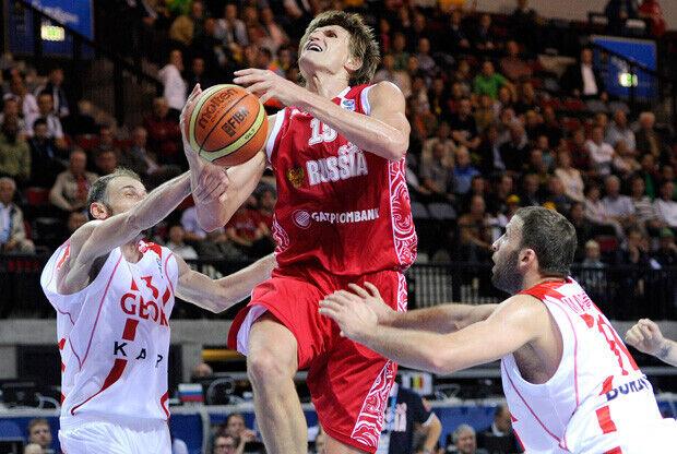 Andrei Kirilenko recibiendo la falta en una penetración a canasta./FIBA Europe