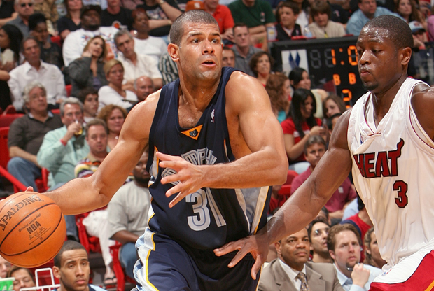 Shane Battier (Memphis Grizzlies) y Dwyane Wade (Miami Heat)./ Getty Images