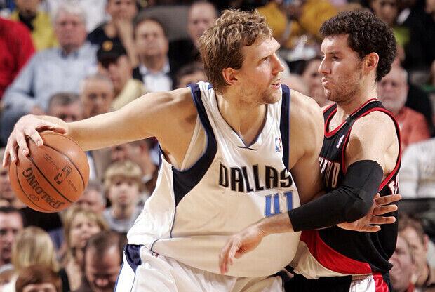Dirk Nowitzki (Dallas Mavericks) y Rudy Fernandez (durante su época en Portland Trail Blazers)./ Getty Images
