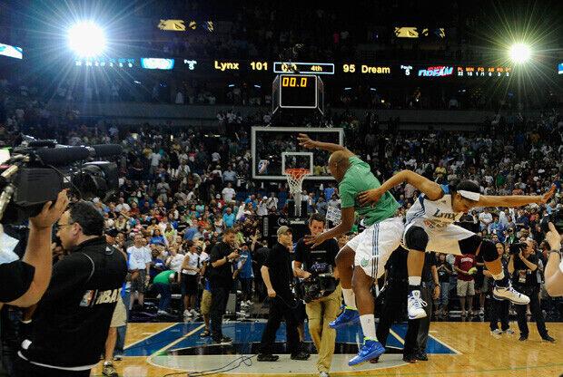 Las jugadoras de las Lynx celebran en la pista la segunda victoria en las finales de la WNBA./ Getty