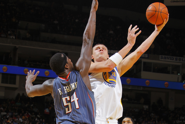 Andris Biedrins y Kwame Brown./ Getty Images