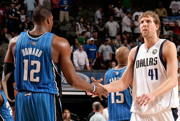 Dwight Howard y Dirk Nowitzki./ Getty Images