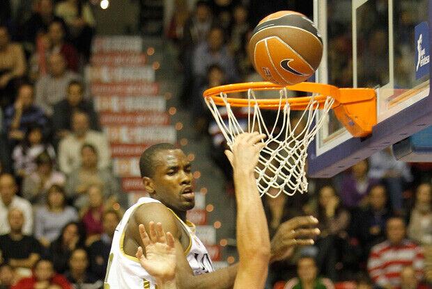 Serge Ibaka impone su fuerza bajo los aros./ ACB PHOTO - Esther Casas