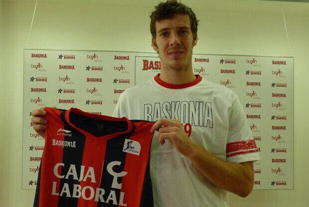 Goran Dragic posa con la camiseta de su nuevo club, el Caja Laboral / Baskonia