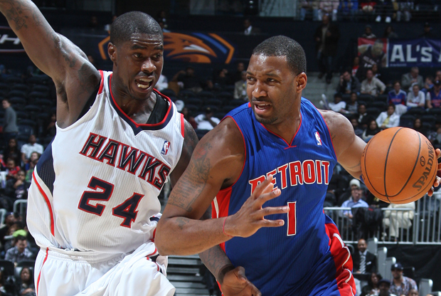 Tracy McGrady (Detroit Pistons) y Marvin Williams (Atlanta Hawks)./ Getty Images