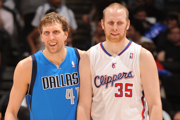 Chris Kaman y Dirk Nowitzki./ Getty Images
