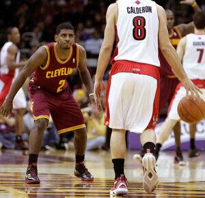 Kyrie Irving y José Calderón./ Getty Images