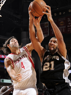 Luis Scola y Tim Duncan./ Getty Images