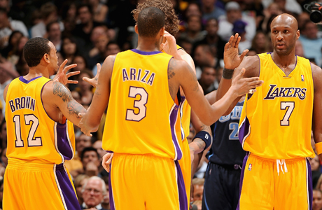Shannon Brown #12, Trevor Ariza #3 y Lamar Odom #7./ Getty Images