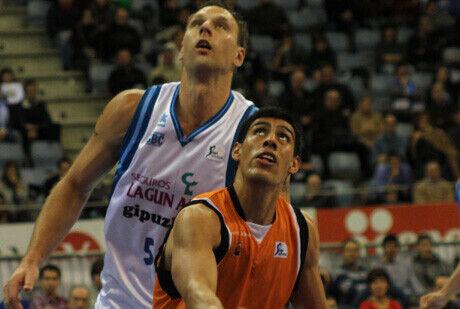 Gustavo Ayón cierra el rebote a Andrew Betts en el que puede haber sido su último partido con el Fuenla / ACB PHOTO Luís García