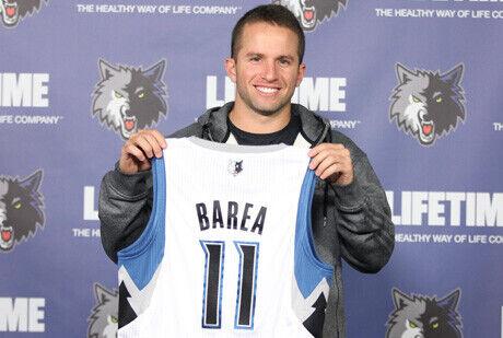 J.J. Barea posa con la camiseta de su nuevo equipo, los Wolves./ Getty