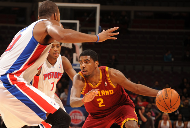 Kyrie Irving dribla ante un defensor de los Pistons en el primer partido de pretemporada./ Getty