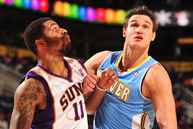 Danilo Gallinari (Nuggets) y Markieff Morris (Suns) tratan de ganar la posición./ Getty
