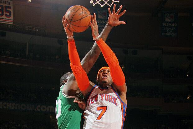 Carmelo Anthony, de los Knicks, realiza una entrada a canasta en el partido inaugural ante los Celtics./ Getty