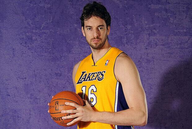 Pau Gasol posa en la sesión oficial de fotos de los Lakers./ Getty