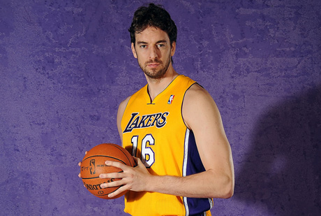 Pau Gasol posa en la sesión de fotos de los Lakers 2011-2012./ Getty