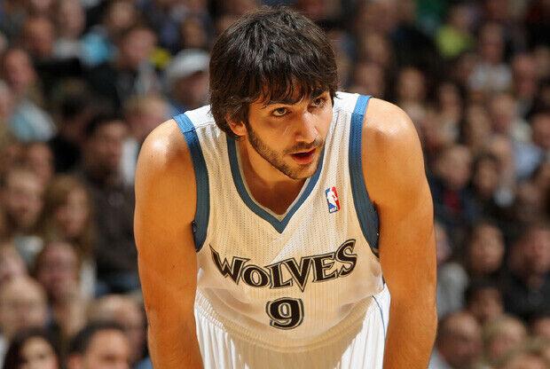 Ricky Rubio se toma un descanso en el debut oficial en la NBA que enfrentó a los Wolves con los Thunder./ Getty