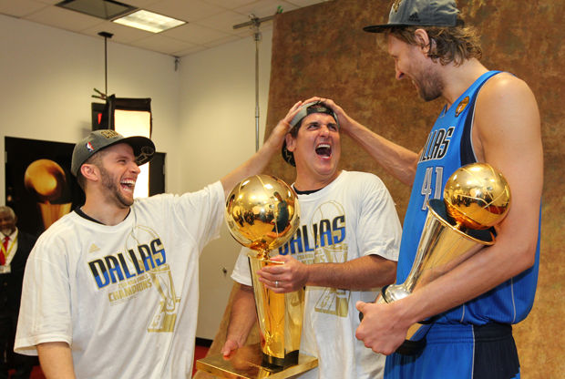 J.J. Barea, Mark Cuban y Dirk Nowitzki./ Getty Images