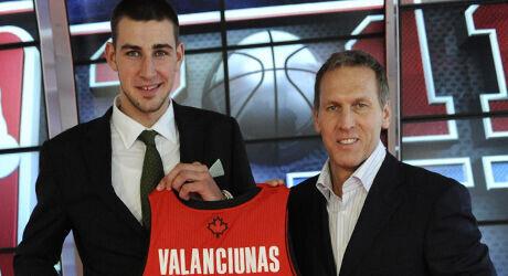 Jonas Valanciunas y Bryan Colangelo./ Getty Images