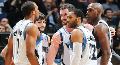 Kevin Love #42 talks with his teammates Ricky Rubio #9, Derrick Williams #7, Wayne Ellington #22 y Anthony Tolliver #44./ Getty Images