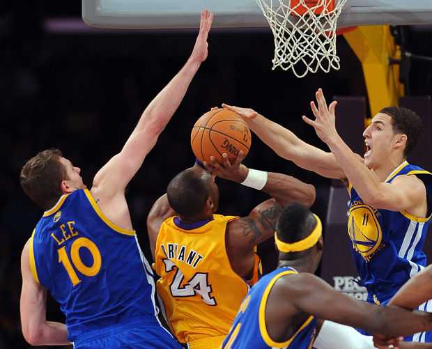 Kobe Bryant ante David Lee y Klay Thompson./ Getty Images