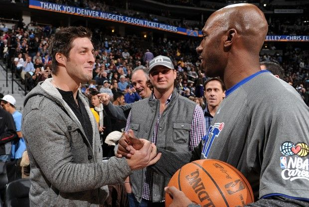 Tim Tebow y Chauncey Billups./ Getty