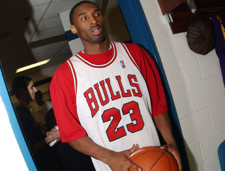 Kobe Bryant con la camiseta de Michael Jordan./ Getty Images