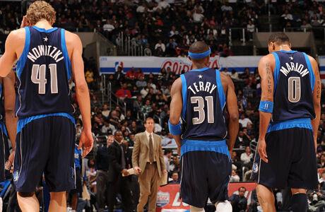 Dirk Nowitzki #41, Jason Terry #31 y Shawn Marion #0./ Getty Images