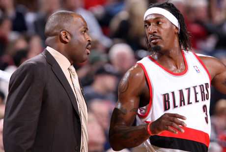 Nate McMillan y Gerald Wallace, entrenador y jugador de los Blazers./ Getty
