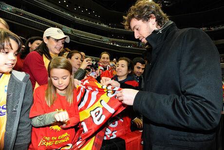 Pau Gasol firma autógrafos a aficionados españoles tras un partido de los Lakers en Washington./ Getty