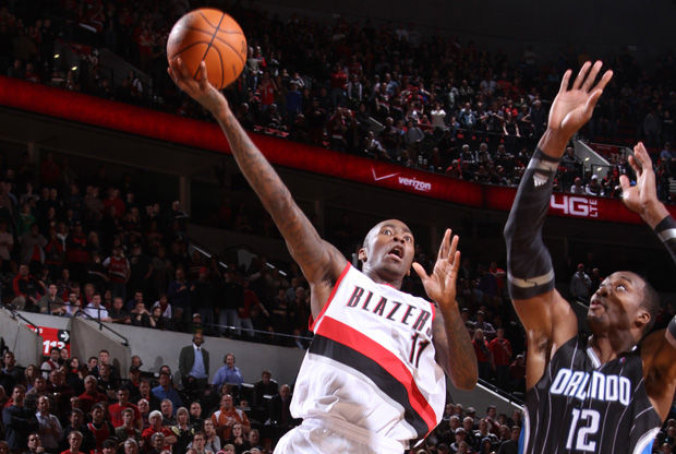 Jamal Crawford supera con una semigancho la defensa de Dwight Howard./ Getty