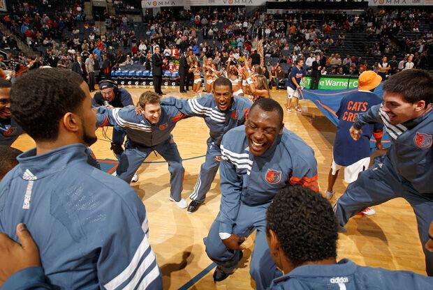 El congoleño Biyombo dirige el baile de los Bobcats previo al partido con contra los Pistons./ Getty