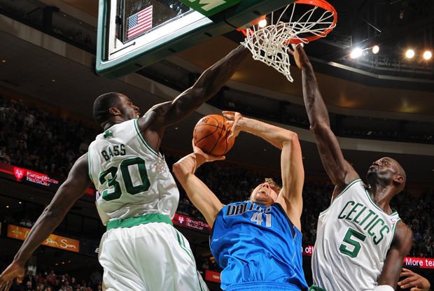 Dirk Nowitzki anota la canasta decisiva ante los Celtics./ Getty
