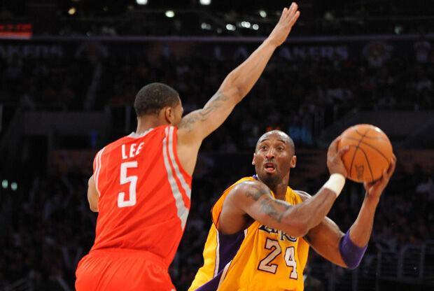 Kobe Bryant busca el pase en el partido ante los Rockets./ Getty