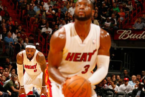 LeBron James observa desde la distancia un tiro libre de su compañero Dwyane Wade./ Getty