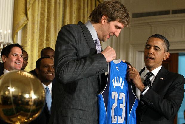 Dirk Nowitzki entrega al presidente Obama una camiseta personalizada de los Mavs./ Getty
