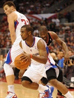 Chris Paul aprovecha el bloque de su compañero Blake Griffin./ Getty