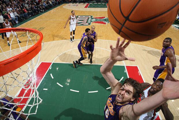 Pau Gasol capturó 15 rebotes ante los Bucks./ Getty