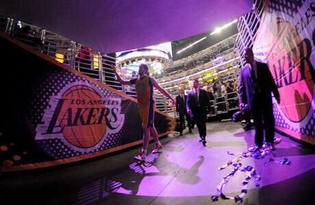 Pau Gasol saludo a los aficionados desde el túnel de vestuarios del Staples Center./ Getty